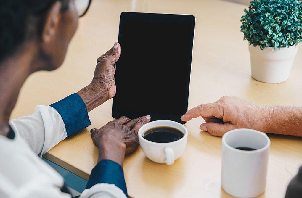 senior tablette partage fakenews reseaux sociaux