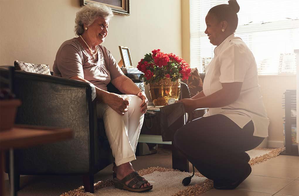 professionnel aide à domicile pour personnes âgées
