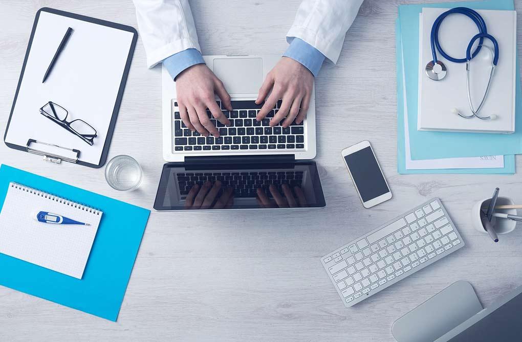 bureau et ordinateur de médecin dossier médical partagé