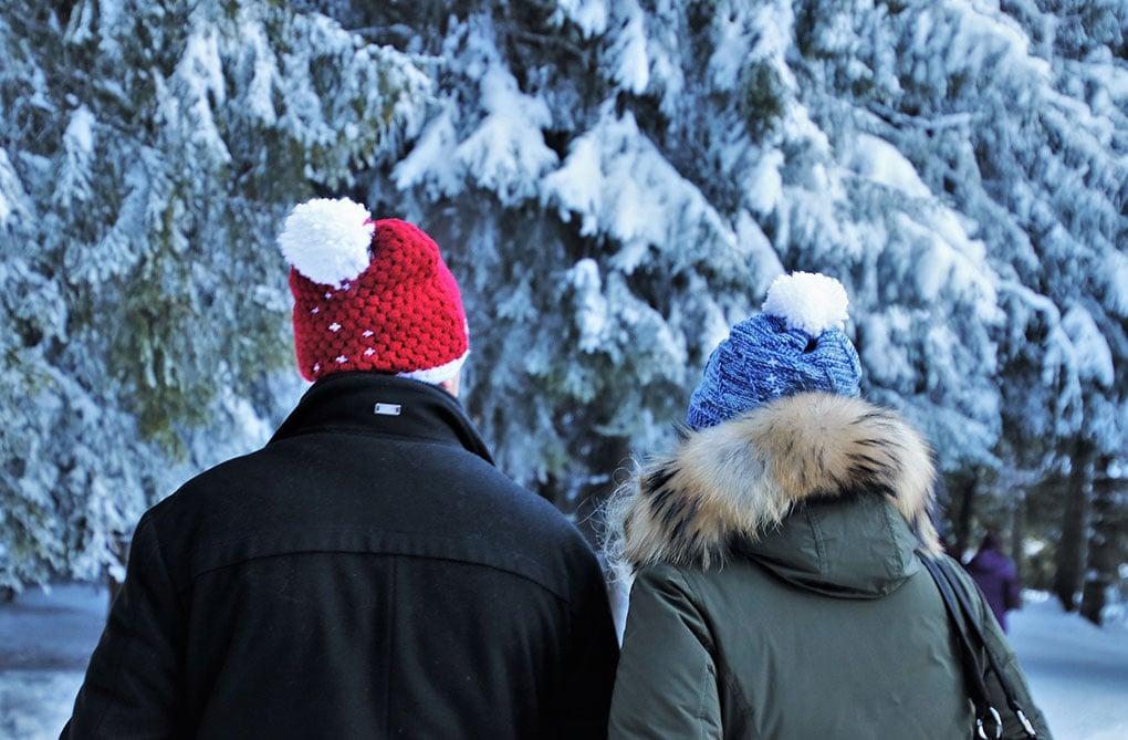 couple seniors l'extérieur neige et froid