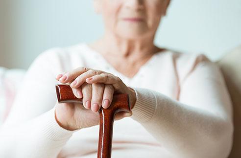 personne âgée avec une canne évaluer niveau de dépendance